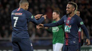 Kylian Mbappé célèbre son but auprès du Brésilien Neymar, dimanche 6 janvier 2019 au stade du Moustoir de Lorient (Morbihan). (LOIC VENANCE / AFP)