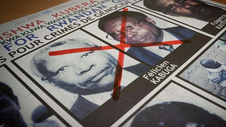 Un croix rouge, sur l'avis de recherche de Félicien Kabuga, financier présumé du génocide rwandais, arrêté près de Paris, le 16 mai 2020. (SIMON WOHLFAHRT / AFP)