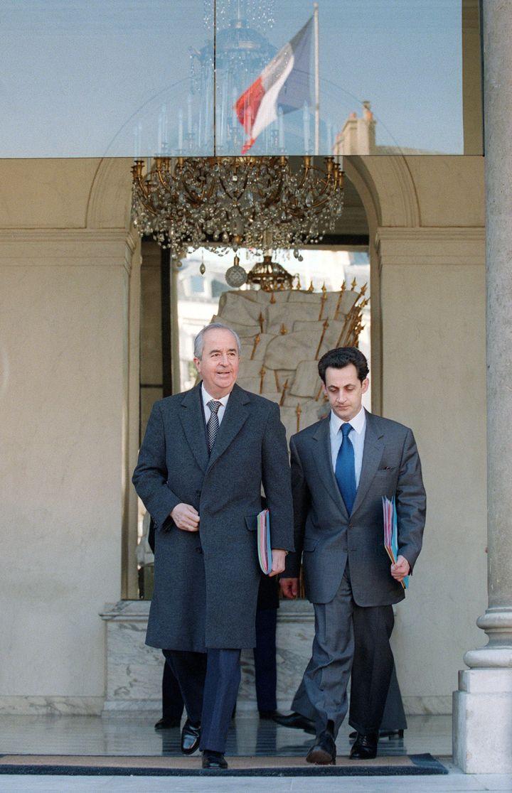 En février 1995, le Premier ministre Edouard Balladur et son ministre du Budget, Nicolas Sarkozy, quittent le palais de l'Elysée. (GERARD FOUET / AFP)