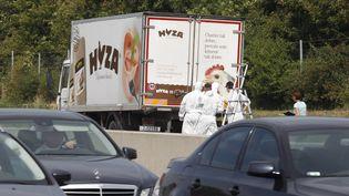 La police judiciaire autrichienne examine le camion dans lequel ont été trouvé des migrants morts (Autriche),le 27 août 2015. (DIETER NAGL / AFP)