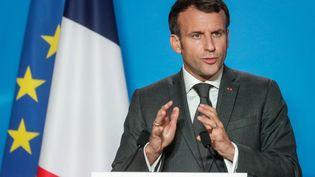 Le président français, Emmanuel Macron, s'exprime à l'issue d'un Conseil européen à Brixelles, le 25 juin 2021. (STEPHANIE LECOCQ / AFP)