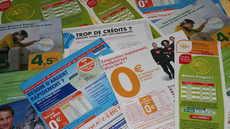 Des prospectus faisant la promotion de crédits à la consommation. Photo d'illustration. (JEAN FRANCOIS FREY / MAXPPP)