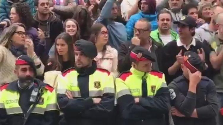 Mossos d'Esquadra, dont certains en larmes, à Vielha (Catalogne), le 1er octobre, sur le compte Twitter de@MagdaGregori. (CAPTURE D'ÉCRAN TWITTER)
