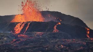 L'éruption du volcan Geldingadalir, photographiée depuis Fagradalsfjall le 9 août 2021, en Islande. (THOMAS O'NEILL / NURPHOTO / AFP)