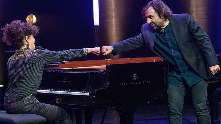 """La pianiste et chanteuse Macha Gharibianet André Manoukian, musicien et animateur du concert """"Artistes unis pour la paix"""", le 15 novembre 2020 à Alfortville (SÉBASTIEN ANDREANI)"""