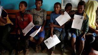 Des adolescents érythréens attendent d'être enregistrés comme réfugiés dans le centre d'accueil d'Endabaguna dans la région de Tigré, en Ethiopie. Selon une commission d'enquête des Nations Unies, près de 5000 personnes traversent la frontière tous les mois pour échapper à la répression du pouvoir. Il s'agit notamment d'hommes et de mineurs. «La plupart disent fuir la conscription militaire obligatoire et indéfinie. D'autres, également, évoquent des violations des droits de l'Homme de toutes sortes», comme l'explique à RFI Kisut Gebre Egziabher, porte-parole du HCR. L'Erythrée, un des pays les plus pauvres d'Afrique, est contrôlée d'une main de fer par le président Issaias Afeworki depuis son indépendance de l'Ethiopie en 1993. (Tiksa Negeri / Reuters)