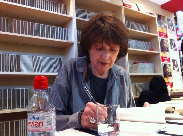 Michèle Lesbre dédicaçant Chemins, son dernier roman.