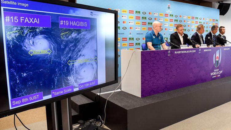 Les organisateurs de la Coupe du monde de rugby donnent une conférence de presse pour évoquer les prévisions météo, jeudi 10 octobre 2019 à Tokyo (Japon). (WILLIAM WEST / AFP)