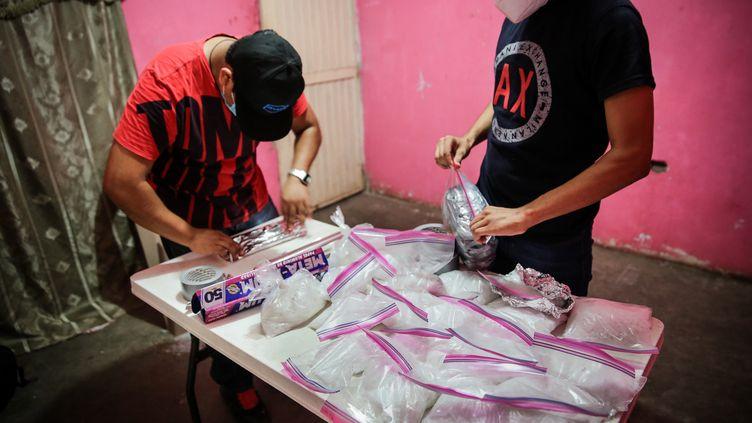 """Celui qui se fait appeler """"El Chapo Jr."""" prépare l'envoi d'un pack de 30 kilogrammes de crystal meth vers Mexico, depuis la périphérie de Culiacán, Sinaloa. (Amrai Coen, Die Zeit)"""