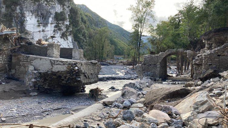 La vallée de la Roya dévastée par le passage de la tempête Alex, 5 octobre 2020.La route vers les communes de Fontan, Saorge et Tende est coupée, la majorité des ponts ont été emportés par le fleuve. (EMMANUEL GRABEY / RADIOFRANCE)