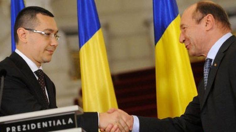 Le président roumain Traian Basescu avec son Premier ministre Victor Ponta, à Bucarest, le 27 avril 2012. (AFP/DANIEL MIHAILESCU)