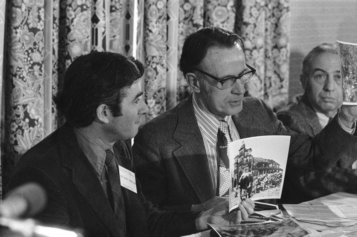 Les biologistes Arthur Galston (au centre), Arthur Westing (à droite) et Everett Mendsoln (à gauche), lors d'une conférence sur la guerre du Vietnam, le 28 décembre 1972. (CHARLES GORRY / AP)