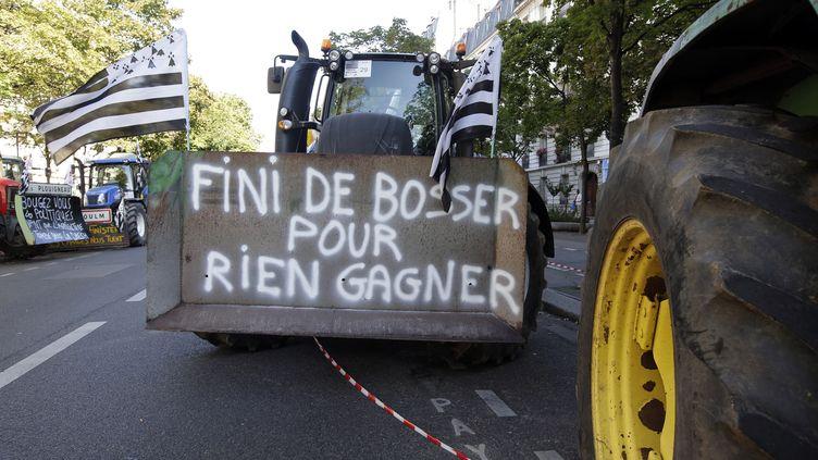 Les fermiers français convergent vers Paris sur leurs tracteurs, le 3 septembre 2015. (JACKY NAEGELEN / REUTERS)