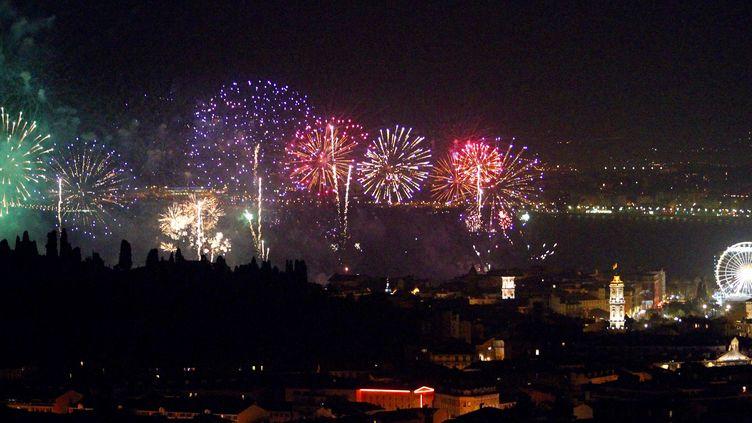 Un feu d'artifice est tiré à Nice (Alpes-Maritimes), le 28 février 2010. (VALERY HACHE / AFP)