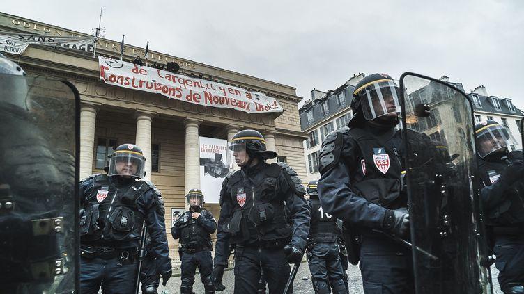 Des policiers devant le théâtre de l'Odéon, à Paris, occupé par des intermittents du spectacle, le 25 avril 2016. (SIMON GUILLEMIN / HANS LUCAS / AFP)