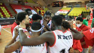 Les joueurs de l'équipe de basket de Monaco après leur victoire lors de la finae aller de l'Eurocoupe contre Kazan, le 27 avril 2021 (SEBASTIEN BOTELLA / MAXPPP)