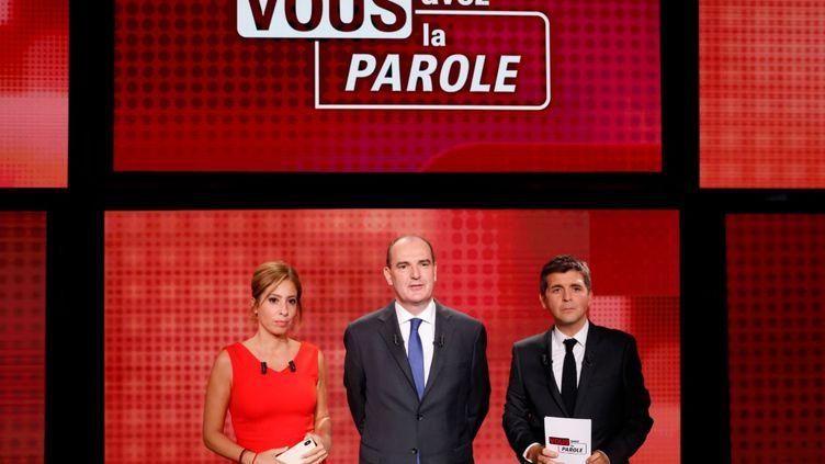 """Jean Castex, Premier ministre (au milieu), entouré de Léa Salamé et Thomas Sotto sur le plateau de """"Vous avez la parole"""" sur France 2, le 24 septembre 2020. (AFP)"""