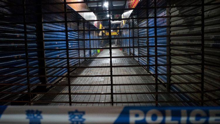 Lemarché de Wuhan (Chine) est fermé au public,le 11 janvier 2020, aprèsl'apparition d'un virus inconnu. (NOEL CELIS / AFP)