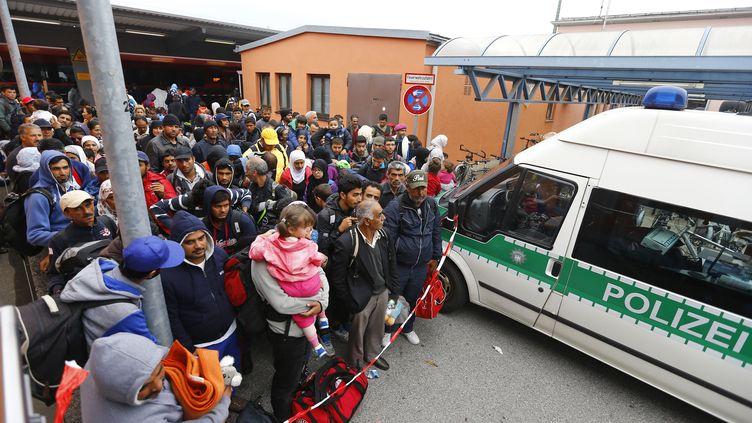 Des migrants patientent avant de prendre le train, le 14 septembre 2015 à Freilassing, en Bavière(Allemagne). (DOMINIC EBENBICHLER / REUTERS)