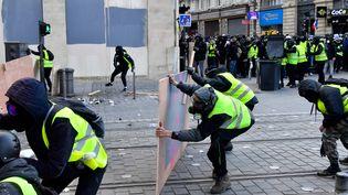 Des manifestants défient les forces de l'ordre, le 2 février 2019 à Bordeaux(Gironde). (GEORGES GOBET / AFP)
