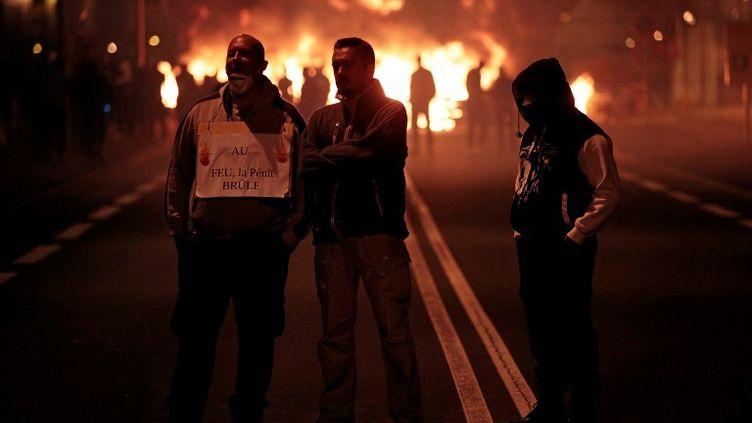 Des surveillants pénitentiaires qui manifestent devant la prison de Fleury-Mérogis, lundi 15 janvier. (GEOFFROY VAN DER HASSELT / AFP)