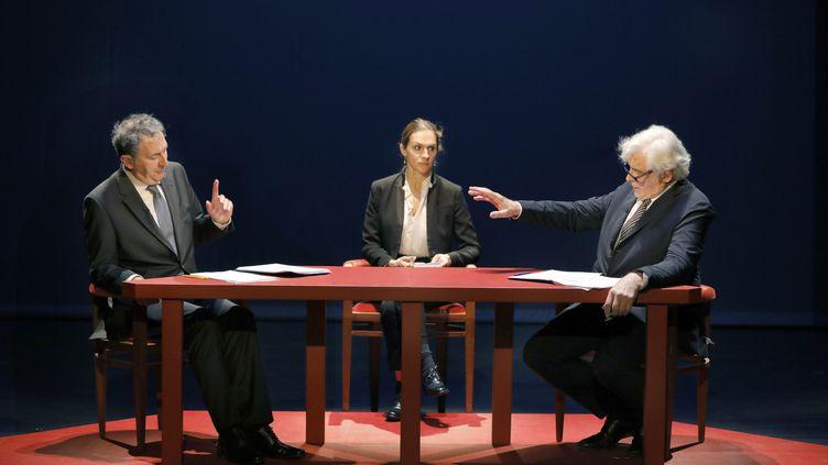 Au théâtre de l'Atelier à Paris, François Morel joue Jacques Chirac et Jacques Weber campe François Mitterrand pour redérouler le débat entre les deux candidats à la présidentielle de 1988. (PASCAL VICTOR / ARTCOMPRESS)