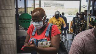Masques et gel hydroalcoolique à Soweto, près de Johannesburg (Afrique du Sud) le 24 mars 2020 (MARCO LONGARI / AFP)