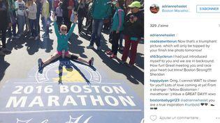 Capture d'écran d'une photo postée sur le compte Instragram d'Adrianne Haslet,la montrant sur la ligne d'arrivée du marathon de Boston. (INSTAGRAM)