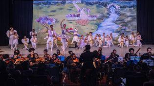 Casse-Noisette par le Ballet du Dance Center Kenya accompagné de l'Orchestre philharmonique de Nairobi. (YASUYOSHI CHIBA / AFP)