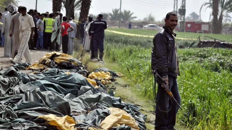 Une montgolfière, qui s'était envolée à l'aube à Louxor, dans le sud de l'Egypte, mardi 26 février 2013 avec 21 personnes à son bord, a pris feu et explosé à 300 mètres d'altitude. Dix-neuf touristes, en majorité occidentaux et asiatiques, ont péri dans l'explosion. (STR / AFP)