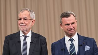 Alexander Van der Bellen et Norbert Hofer, candidats à la présidentielle autrichienne, lors d'un débat télévisé à Vienne (Autriche), le 27 novembre 2016. (EPA)