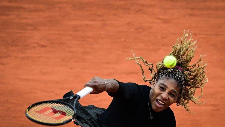 Serena Williams lors d'un match à Roland-Garros (Paris), le 28 septembre 2020. (MARTIN BUREAU / AFP)