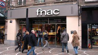 Des clients entrent dans le magasinFnac de Lille (Nord), le 3 avril 2014. (MAXPPP)