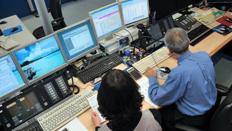 Des employés de l'Agence France Trésor, le 14 décembre 2009, à Paris. (ERIC PIERMONT / AFP)
