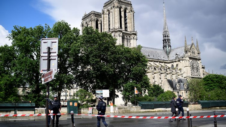 Des policiers,après l'attaque devant la cathédrale Notre-Dame de Paris, le 6 juin 2017. (MARTIN BUREAU / AFP)
