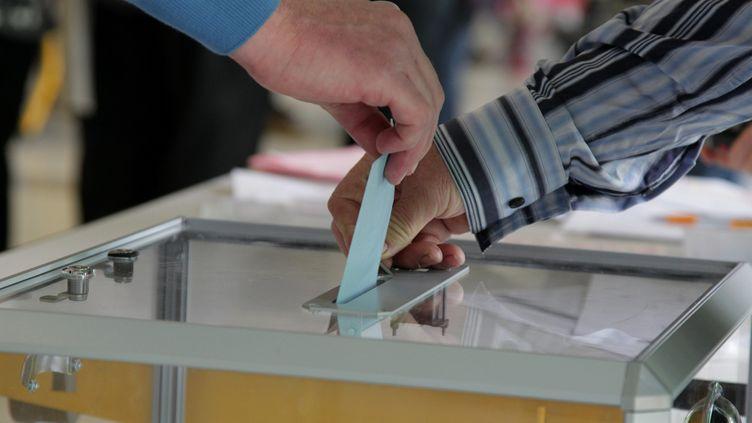 Bulletin de vote glissé dans une urne (photo d'illustration) (MAXPPP)
