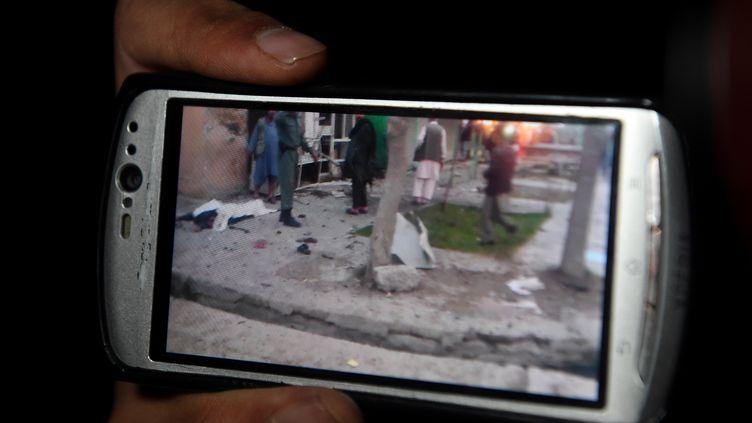 Une vidéo prise par un témoin montre les lieux de l'attentat contre le parlementaireGul Pacha Majidi, le 29 mars 2015 à Kaboul (Afghanistan). (WAKIL KOHSAR / AFP)