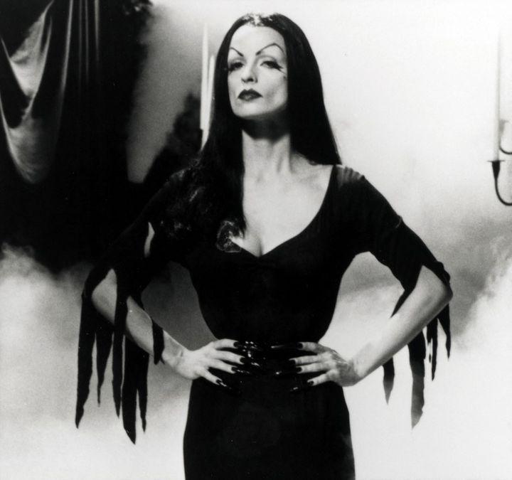 Vampira :Maila Nurmi en présentatrice de films d'horreur du showMovie Macabre sur la chaîne américaine ABC en 1954. (TOUCHSTONE PICTURES / ARCHIVES DU 7EME ART)