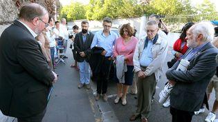 Une vingtaine de personnes se sont rassemblées, le 9 juillet 2019, devant le centre hospitalier de Reims où se trouve Vincent Lambert, pour protester contre l'arrêt de ses traitements. (FRANCOIS NASCIMBENI / AFP)