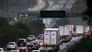 Un embouteillage à la sortie de Paris. Photo d'illustration. (VINCENT ISORE / MAXPPP)