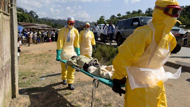 Un cas suspect d'Ebola est pris en charge à Macenta (Guinée), le 21 novembre 2014. (KENZO TRIBOUILLARD / AFP)