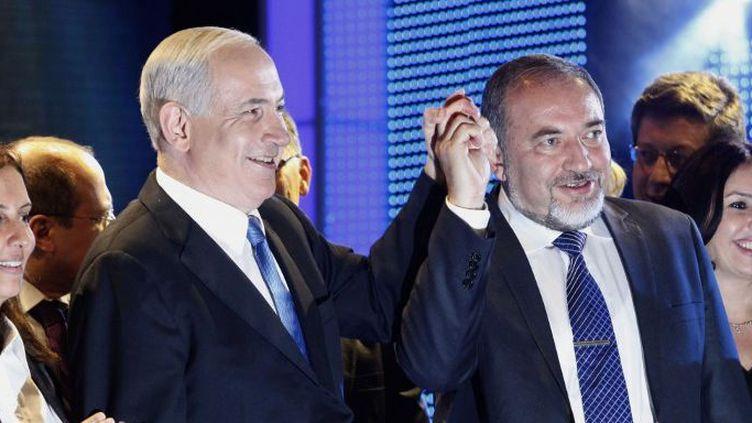 Le Premier ministre israélien Benjamin Netanyahu et son ministre des Affaires étrangères de l'époque, Avigdor Lieberman, en campagne électorale pour le Likoud et Israël Beitenu, le 25 décembre 2012 à Jérusalem. (GALI TIBBON/AFP)