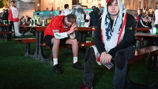Dépités, les Anglais ont cru pouvoir remporter le premier Euro de leur histoire. Jusqu'à la séance de tirs au but, fatale. Dans la fan-zone de Londres, les supporters sont abattus. (DANIEL LEAL-OLIVAS / AFP)