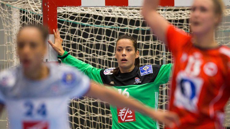 Cléopatre Darleux la gardienne de l'équipe de France, attentive derrière sa défense