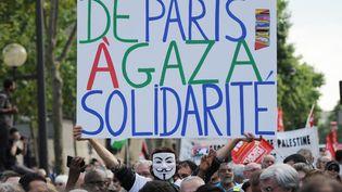 Un homme brandit un panneau lors d'une manifestation pro-palestinienne, à Paris, mercredi 23 juillet 2014. (STEPHANE DE SAKUTIN / AFP)