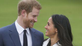 Leprince Harry et sa fiancée Meghan Markle, le 27 novembre 2017, dans les jardins du palais de Kensington, à Londres. (DANIEL LEAL-OLIVAS/AFP)