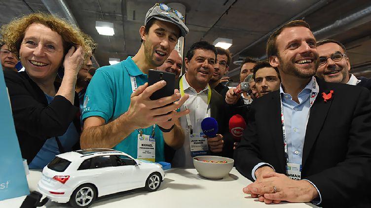 Muriel Pénicaud (à gauche), alors directrice générale de Business France, et Emmanuel Macron, alors ministre des Finances, au salon CES de Las Vegas, le 7janvier 2016. (ROBYN BECK / AFP)