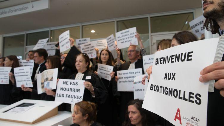 Manifestation des avocats contre les box vitrés lors de la comparution des detenus au nouveau tribunal de grande instance desBatignolles, à Paris, le 23 avril. (MAXPPP)