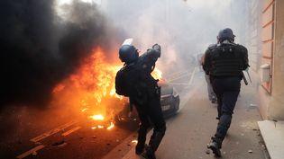 De violents heurts ont eu lieu dans rues de la capitale,près des Champs-Elysées. Les forces de l'ordre ont utilisé des grenades de désencerclement pour repousser des manifestants. (THOMAS SAMSON / AFP)