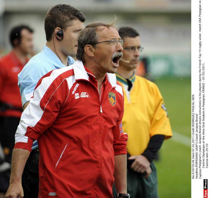 Jacques Brunel, alors coach de Perpignan, crie ses instructions à ses joueurs lors d'un match à domicile contre Castres, le 7 mai 2011. (RODRIGUEZ PASCAL/SIPA)